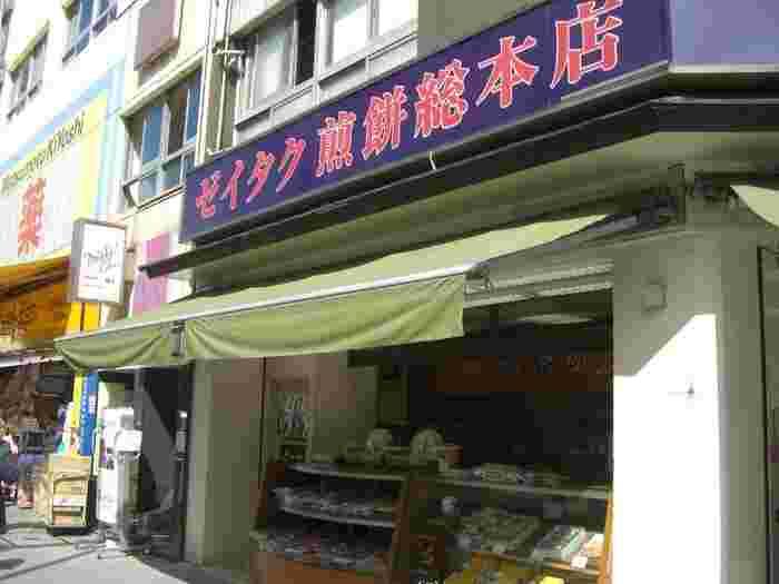 水天宮前駅出てすぐ、人形町駅からも徒歩2分ほどのところにあるこちらのお店。創業100年を超える老舗和菓子店です。交差点の角にあり、いつも人だかりができています。
