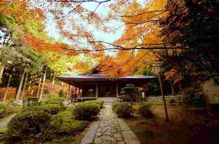 比叡山麓、京都市左京区大原地区に位置する三千院は、782年に最澄によって創建された天台宗の寺院です。四方を山に囲まれた三千院は、静かで落ち着いた佇まいをしており、紅葉を見ながら境内を散策していると心が洗われてくるような不思議な魅力を持つ寺院です。