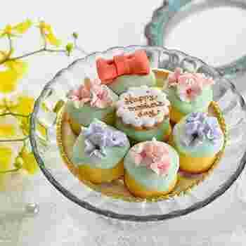 大阪・堀江にあるお菓子屋さん「Bouquet」から、毎年恒例の母の日ギフトが届きました!Bouquetのコンセプトは「誰かにプレゼントしたくなるお菓子」。今年はレモンケーキをまぁるく並べてリースに見立てました。  レモンケーキはBouquetの看板商品のひとつ!ふんわり柔らかな食感で、レモンの爽やかな風味が口いっぱいに広がります。アイシングにもレモンがたくさん入っていてさっぱり爽やか♪ケーキとの相性もバツグンです。