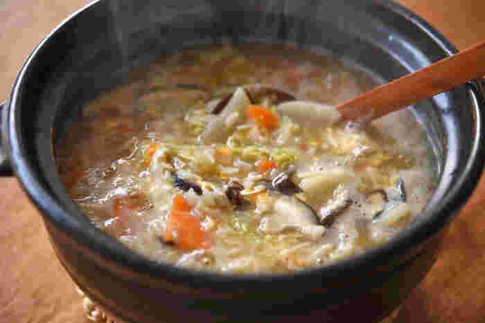雑炊は、おかゆよりも短時間で作ることができ、具材もたっぷりとアレンジできるのが魅力的ですね。おうちに残っている野菜を刻んで入れるだけで、栄養価の高い一食を作ることができます。