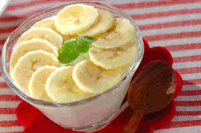 こちらは、ヨーグルトで作るババロアのレシピです。甘さにはハチミツを使うので、優しい味わい。バナナは輪切りにしてレモン汁をからめてからのせましょう。トッピングはバナナのほか、お好みのフルーツでもアレンジできますよ♪