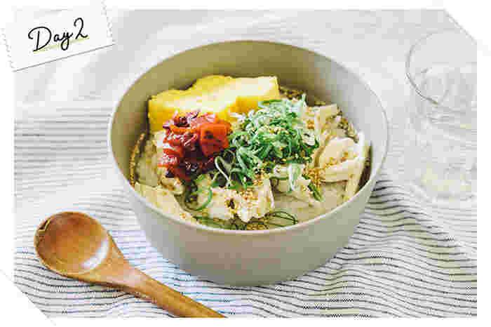 鹿児島県奄美群島で作られる郷土料理「鶏飯」。ごはんにさまざまな具材をのせ、熱々の鶏のスープをかけて食べる「だし茶漬け」に近い料理です。サラサラとごはんが喉に通るので、体調の優れない日やお腹の減っていない日にぴったり。薬味は、福神漬けやたくあんなど甘めのものを合わせると味が調うので、さまざまな組み合わせで試してみてくださいね。