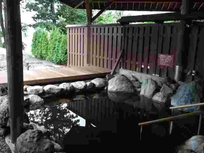 真冬の海岸で冷えきった体を温めるのにオススメなのが、十勝の恵み「温泉」です。十勝川温泉は日本でも珍しい「モールの湯」。太古の時代の植物がゆっくりと堆積し、地層を通って湧き出してくるもので、ほんのり茶色で肌あたりの優しいお湯は美肌の湯としても知られています。