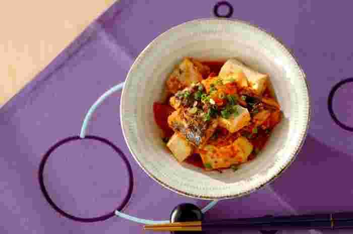 サバ缶、キムチとお豆腐をコトコト煮込んで作る、ホットな簡単レシピ。小腹がすいた時はうどんをプラスしても良いですね。冷えた体に染み渡るレシピです。