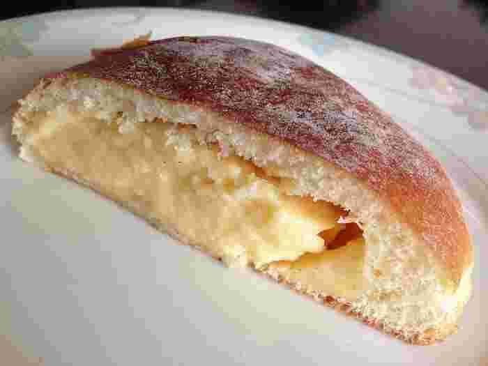 クリームパンもこのとおり。シュークリームかと思うほどの、たっぷりぎっしりのクリームです。