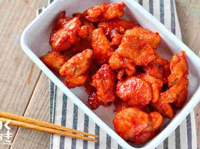 ヤンニョムチキンとは、コチュジャンベースの甘辛だれをからませた韓国風のとり唐揚げのこと。たれを準備しておけば、当日の朝、たれをからめながら火を通すだけ。