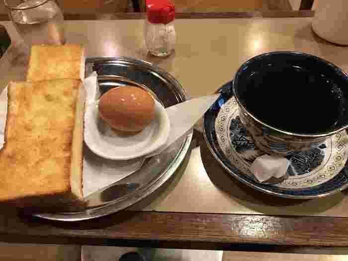 【六曜社 珈琲店】では、関西のモーニングで定番の厚切りトーストを味わえます。また、追加でゆで卵や野菜ジュースもオーダーできますよ。本格的なコーヒーと共に、ゆったりと朝時間を過ごしましょう♪