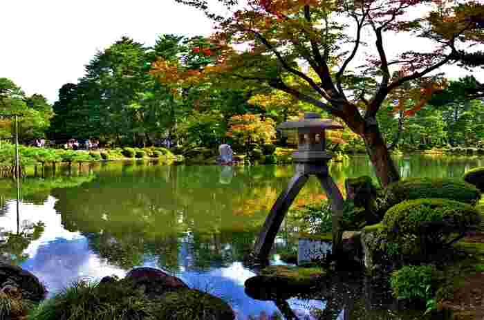 兼六園といえば、徽軫灯籠を思い描く方も多いのではないでしょうか。この庭園を代表する景観となっている徽軫灯籠は、脚が二股となっており、それぞれの長さが異なることが特徴となっています。