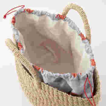 夏らしい金魚柄の巾着型インナーバッグ付き。かごバッグとそれぞれ別々に使うこともできます。