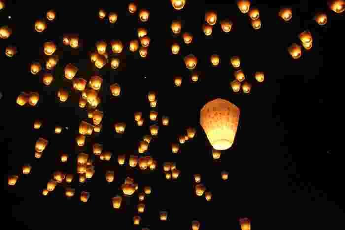 """もう1つ世界のスカイランタンで忘れてはいけないのが、台湾の""""十分""""で開催される『平渓天燈祭(ビンシーテンダンサイ)』です。""""ご先祖様に平穏無事を告げ、ご加護を祈る""""ことから始まったとされる伝統行事の1つで昔からずっと続いています。  こちらのイベントは毎年何十万人もの参加者が訪れるほど規模が大きく、過去にCNNが選ぶ「世界の参加価値のあるイベント」ランキングで8位に選出されたこともあります。"""