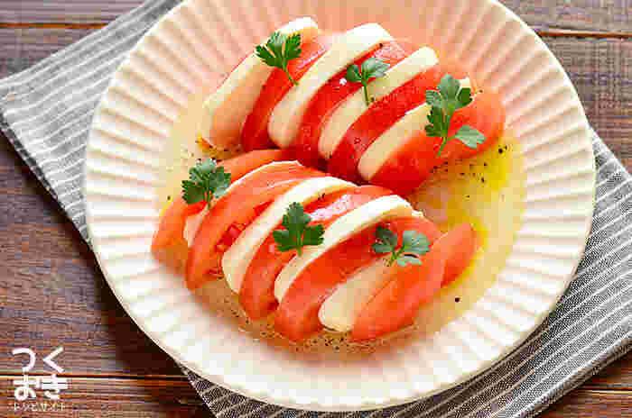 カプレーゼはトマトとモッツァレラチーズを薄く切って盛り付けるだけの簡単レシピ。ササッと作って食べられるのが嬉しいですね。