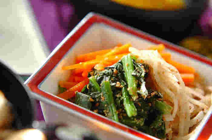 3色の野菜が鮮やかな、彩り野菜の和え物。にんじん、大根、ほうれん草を一緒に食べることができ、栄養もたっぷり、彩りも良く食卓を明るくします。
