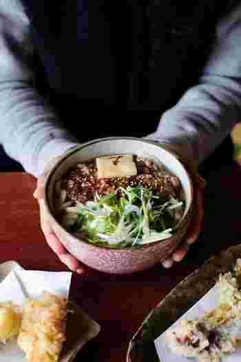 """千代田線根津駅から5分ほど歩いた場所にある「慶(よろこび)」は、もっちりとした美味しいうどんが味わえる人気のうどん屋さんです。季節の旬の食材を使用した""""旬菜天""""や、大根おろしがたっぷりとのった""""ぶっかけうどん""""など。根津を訪れた際には、ぜひお店自慢の美味しいメニューをご堪能ください♪"""