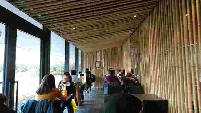 3000本もの竹が使われた店内は、禅の世界をイメージした、和モダンな雰囲気。物販コーナーも併設されています。窓の外には屋上庭園が広がっており、都会の中で緑を楽しめる空間です。