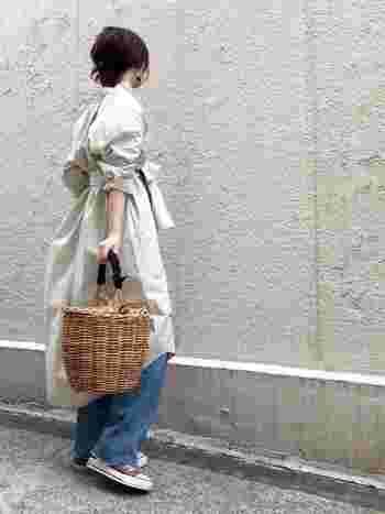 いつも使っているかごバッグの持ち手に、くるくると布を巻きつけて…。布の色や柄次第で、かごバッグはまた違った雰囲気に。コーディネートによって布を変えれば、様々な着こなしが楽しめます。