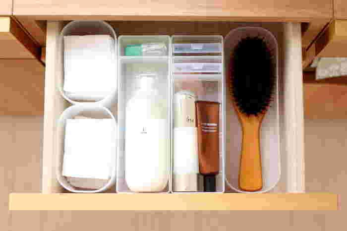 引き出しの中に、ブラシやケア用品、パフなどの小物を収納するなら、ポリプロピレンメイクボックスがぴったり。汚れたらさっと洗ったり拭いたりできるので、清潔さもキープ。ヘアゴムなどの細々したものも、すっきりと収まります。