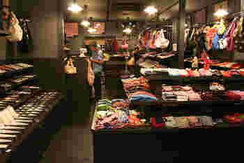 手拭いは、あると意外にも色々と使い勝手が良いものです。RAAKでは、お弁当用のランチョンマットサイズのものやハンカチサイズのものなど色々なサイズがあるので、ちょっとした京都のお土産にぴったり。かさばらなくて壊れないのも良いですね。
