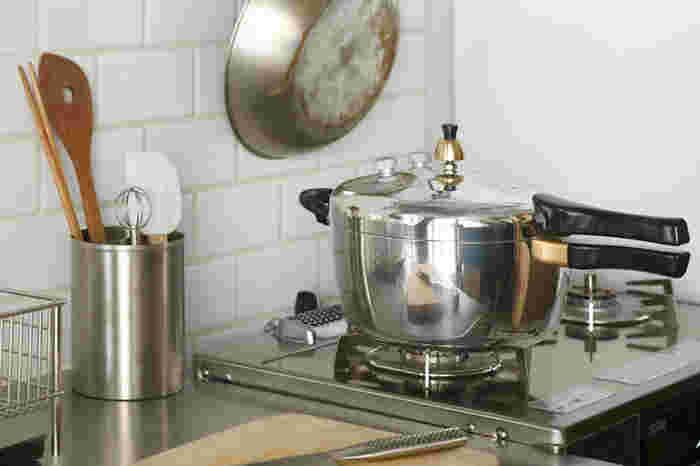 """圧力鍋で調理するお料理と言えば、角煮やカレー、煮魚や玄米ご飯など、どれも普通のお鍋だと時間をかけて作るお料理ばかりですよね…。 """"時間をかけて作る""""というのがポイントで、具体的な目安としては「普通のお鍋で15分以上煮込む料理」のこと。 圧力鍋の調理工程は、火をつけてから沸騰するまでの時間に加圧時間、さらには火を消してからの減圧時間を含め、10~15分程度時間がかかることがほとんどです。 ということは、下茹でする時間や炒めたりする時間を含め、火をつけてからでき上がるまでに15分以上かかる料理こそ、圧力鍋が向いている料理と言えるでしょう。"""