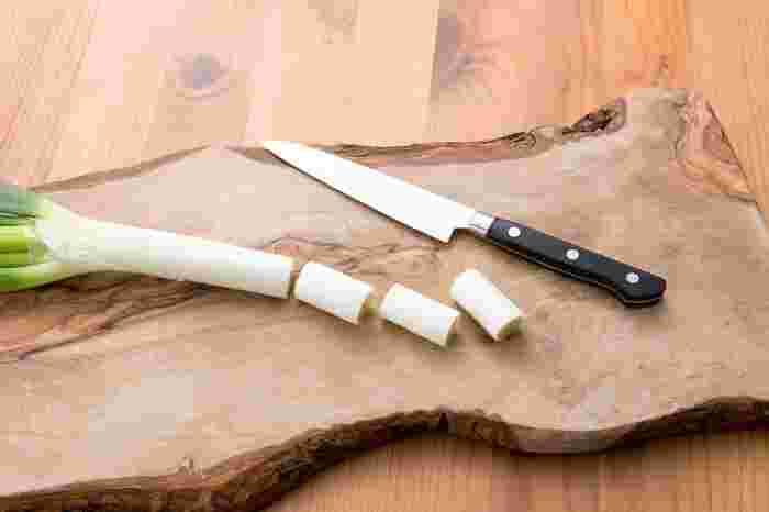 おいしい長ねぎの選び方は、ピンとして全体的にみずみずしいものを。白い部分はしっかりと固く巻いているものが新鮮です。