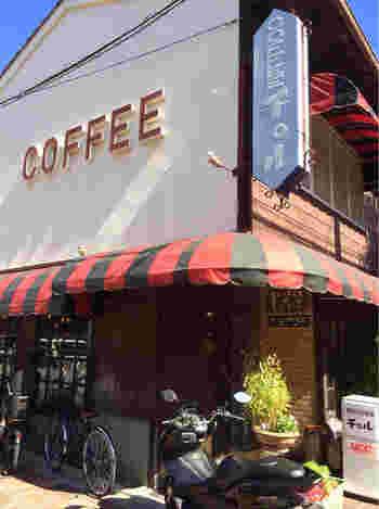 赤と黒のストライプの屋根が、何とも言えず可愛らしい♪ 朝6:30から営業している、昭和44年創業の老舗喫茶店「チロル」です。