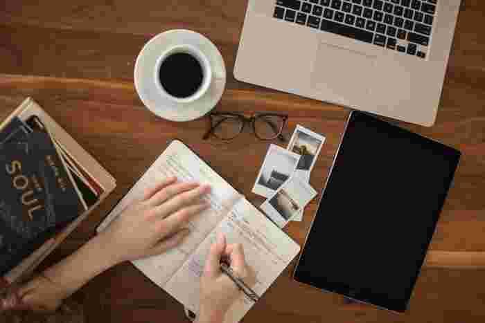 """日記を付けることも、実は自分磨きにつながる習慣です。その日起こったことを改めて振り返ると、自分の考え方や行動パターンなども自ずと見えてきます。数行だけの簡単な日記でもOK。""""次はこうしよう""""と気持ちを切り替えるきっかけになりますよ。"""