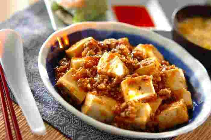 中国四川料理の定番、麻婆豆腐。中華料理の人気No.1ではないでしょうか。豆板醤のうまみと辛さが、食欲をそそります。より本格的な味にするには、さらに豆鼓(とうち)を入れることが多いようです。豆鼓は、黒豆に塩を加えて発酵させたものです。