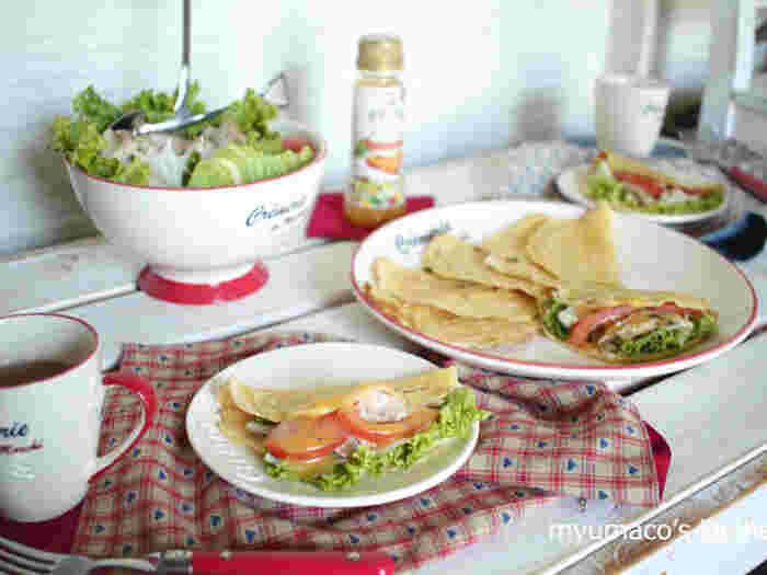 トマト・レタス・ツナ・アボカドなど、サラダボールを、そのままパンケーキに挟んで食べるレシピ。栄養満点のヘルシーなおすすめレシピです。コーヒーや紅茶にも合うので、少しリッチな朝食としてもおすすめですよ。