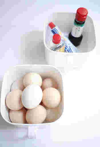 ちなみに3段目に使用しているセリアの味噌ストッカーには、味噌・卵・調味料を入れているそうです。容器に取っ手が付いているので、必要な時にサッと取り出せてとっても便利。表から中身が見えないプラスチックケースなら、冷蔵庫にありがちなゴチャゴチャ感をスッキリ解消できますね。