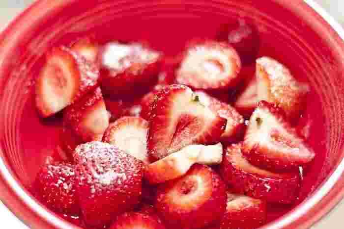 色が抜けて形がくずれたいちごは、少しつぶして粉糖をふりかければ、いちごの美味しさが引き立ちます。