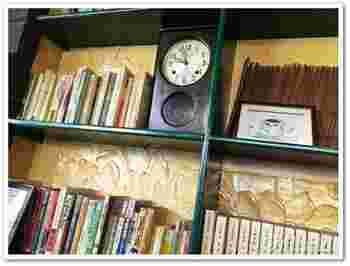 本を読んだりパソコン作業をしたり、自由に過ごせる店内の壁には本がずらり。貸し出しもOKなんです!それだけではなく、電源が自由に使えたり文房具の貸し出しがあったり、絆創膏や朱肉まで!何かと至れり尽くせりなのです。