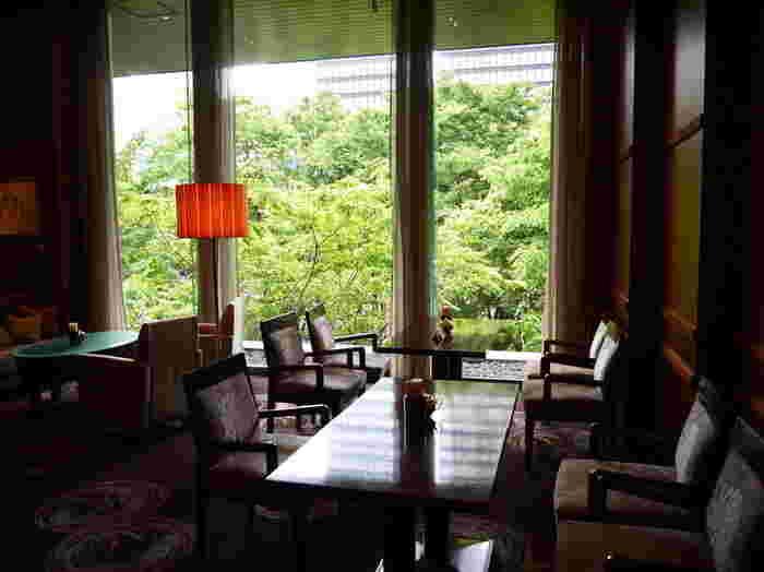 窓の外には木々が広がり、ほっと一息つける癒しの空間です。椅子やソファーの座り心地も抜群で、思わず長居してしまう程くつろげますよ。