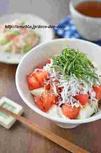 夏バテで食欲が無い時は、ご飯を作るのも億劫になりがち。そんな時は、あっという間の5分で作れるスピード丼がおすすめ。トマトをタレにつけてから作業するのが、手早くおいしく作るポイントです。
