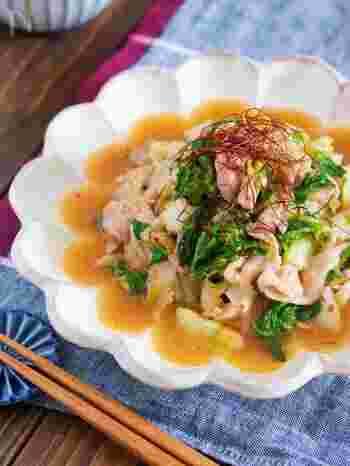 味付けに豆板醤や鶏がらスープの素を加える麻婆風のお手軽炒め。白菜を手でちぎって塩もみすることで火の通りをよくしているのがこのレシピのポイントです。