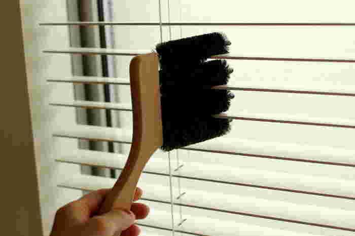 パパと子供たちに窓拭きをお願いしている間に、ママはほかのお部屋のブラインド掃除を。専用の「ブラインドブラシ」を使うと、写真のように挟んでなでるだけで、一度に3枚のブラインドを綺麗にできます。ブラインドブラシが一つあると、大掃除の時だけでなく普段のお掃除でも重宝しますよ。