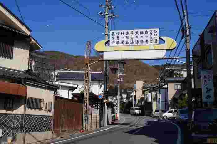 温泉街はとってものどか。どこか懐かしい昭和レトロな街並みが続きます。食べ歩きや外湯めぐり、文学・文化財めぐりなど、楽しみ方はいろいろ。一人旅にも人気のエリアです。