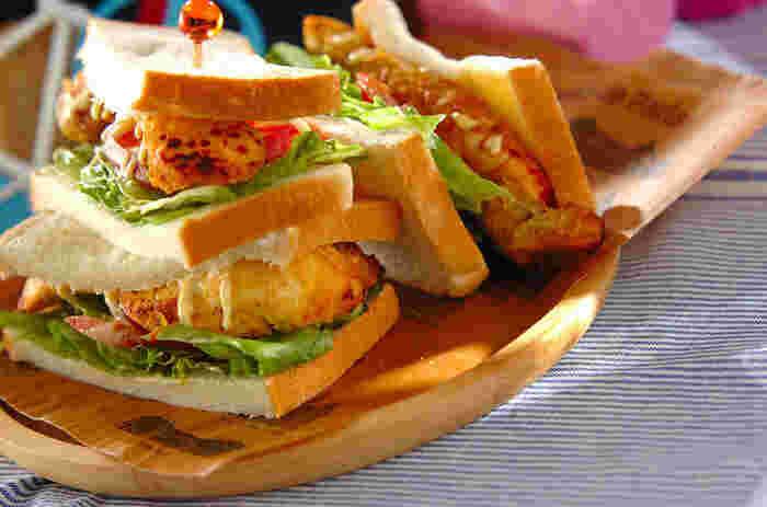 こだわり具材に選びたい「タンドリーチキン」。インドさながらスパイシーで香り豊かなチキンが食欲をそそります。レタスとトマト、シンプルな野菜でサンドするだけなのに贅沢な一品です。