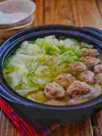 豚団子とキャベツだけのシンプルなお鍋ですが、どちらも食べ応えがあるのでお腹は大満足!お好みでにんにくを入れたり、仕上げにごま油やブラックペッパーをかけるのもおすすめです。