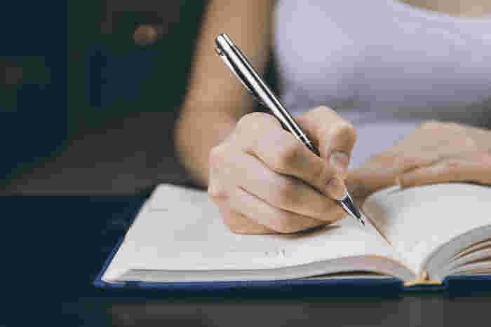 ネガティブな感情を溜め込んでしまう癖がある人にぜひおすすめなのが、感情を書き出すという方法です。どうしてもブルーな気持ちが抜けない、寂しい、悲しい、腹がたつことがあって怒りが収まらないなど、そんな時は感情のままにノートなどにかき出してみましょう。