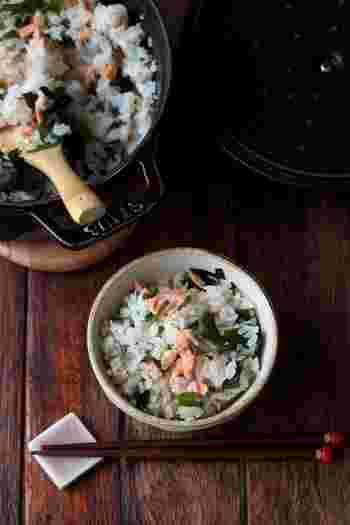 鮭とわかめを入れて炊くだけなのに、豊かな旨味の簡単炊き込みご飯です。おにぎりやお弁当にも◎。炊く時に少量のオイルを加えると、冷めてもしっとりして美味しくいただけます。