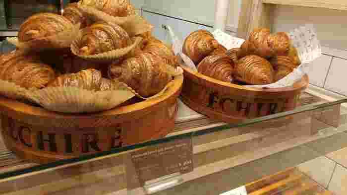 バターをたっぷり使うパンといえばクロワッサンですよね。エシレのクロワッサンは、まさにバターが主役!バターが違う3種類のクロワッサンが販売されています。