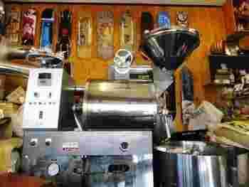 大きなロースターから漂うコーヒーのいい香り。オーナーで焙煎士の林氏は、老舗の焙煎卸会社「山下コーヒー」でキャリアをスタートし、数々のカフェで経験を積んだそう。