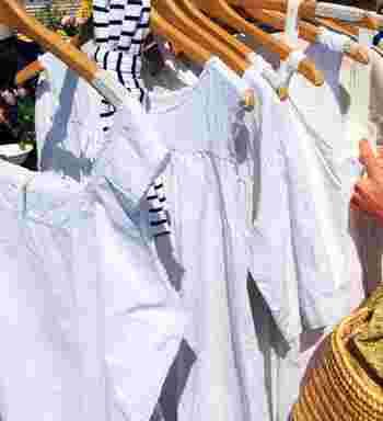 コットンのシャツやワンピース、エプロンなど、状態がいいものは、まだまだ使えます。シンプルなデニムスタイルにもよく似合います。