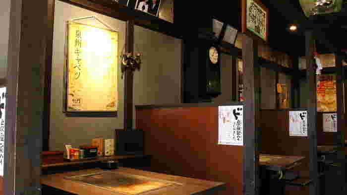大阪メトロ四つ橋線・花園町駅から徒歩2分のところにある『でん』。店内へ1歩足を踏み入れれば、昭和レトロなムードに一気に包み込まれます。