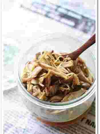 色々な種類のきのこをたっぷりと使った佃煮のレシピです。オリーブオイルで焼いてから佃煮にするので、うまみたっぷりで香ばしい味わいに。アレンジを考えるのも楽しそう♪