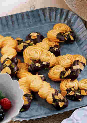 華やかに見えるうえに、簡単に成形できる絞り出しクッキー。こちらの生地には粉糖を使い、軽い食感になるよう工夫されています。高めの温度でサクッと焼き上げましょう!
