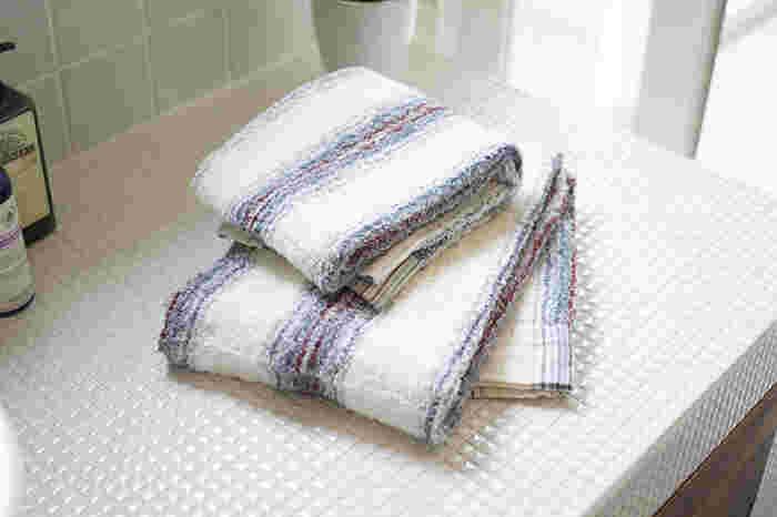 ロングパイルで織り上げたふわっとした優しい感触。その上質な感触を出すために、織り上げたタオル生地をたっぷり手間をかけて洗っています。手に取ったときから、本来の手ざわりを楽しむことができるように◎