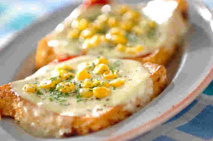 ワインにも合いそうなレシピ。厚揚げをピザ生地に見立てたピザ風は、トッピングの具材アレンジで色々楽しめそう♪ 焼きたてのアツアツをいただきましょう。