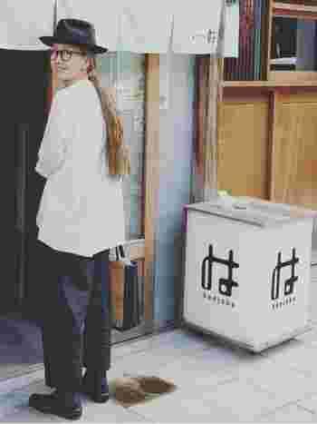 白シャツをメインにしたモノトーンコーディネート。ハットやバッグなどの小物使いに遊び心があらわれた、素敵なコーディネートですね。