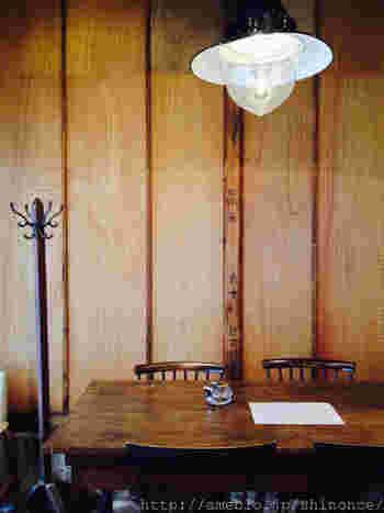 壁材に使われている板に、工房の面影が残っています。アンティークなライトやテーブルも相まってステキな雰囲気です。