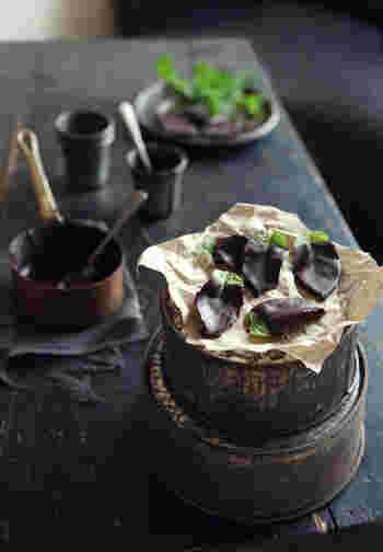 アイスクリームなどでおなじみのチョコミント。こちらのレシピは、ミントの葉をそのままダークチョコレートでコーティングしています。見た目もオシャレでおもてなしにぴったり。